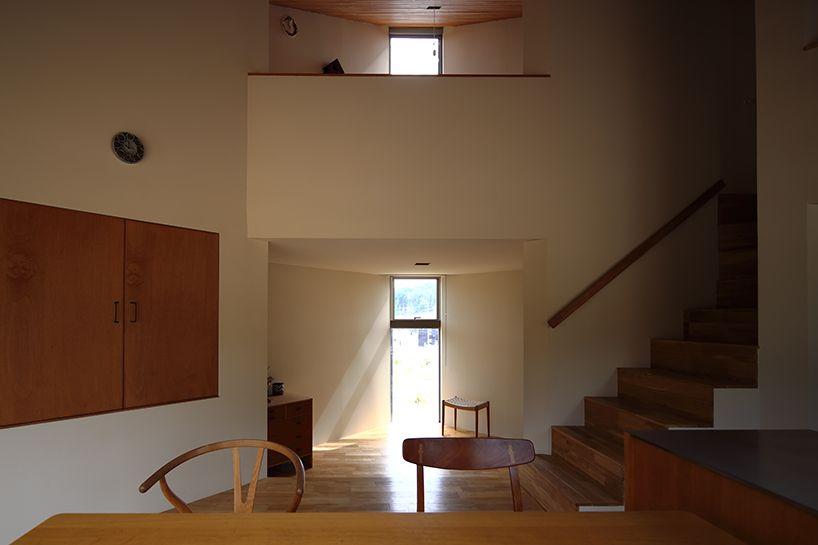 Japanisch Wohnen fujiwaramuro architects triangular house in sits atop hilly