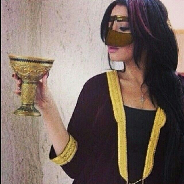ماقول يذبح زينها بس هيه تلفت لها عود من الحب تايب ولا اقول مغرورة ولاهي خليه فيها دلع طفل تمناه شايب Za Arab Girls Muslim Girls Fashion