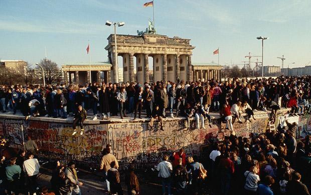 Els berlinesos celebren la caiguda del mur de Berlín. Novembre de 1989.