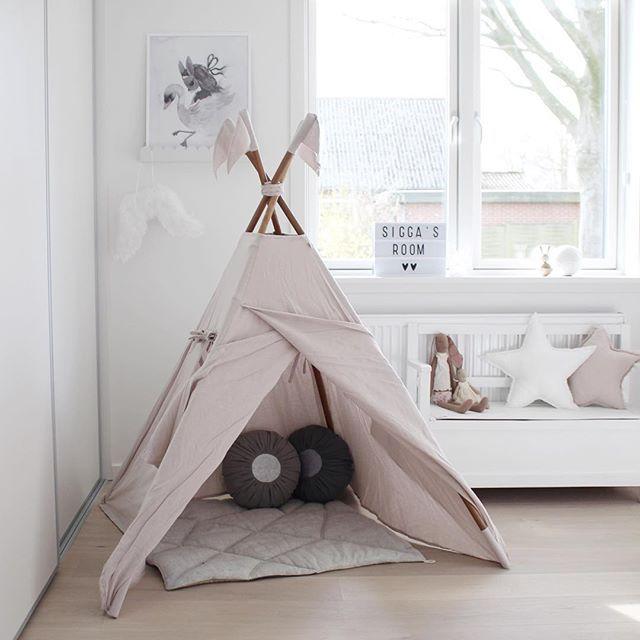 | en lille frøken har fået nyt værelse ☁️ tipi'en er uden tvivl siggas nye favorit  #numero74 #kidsroom