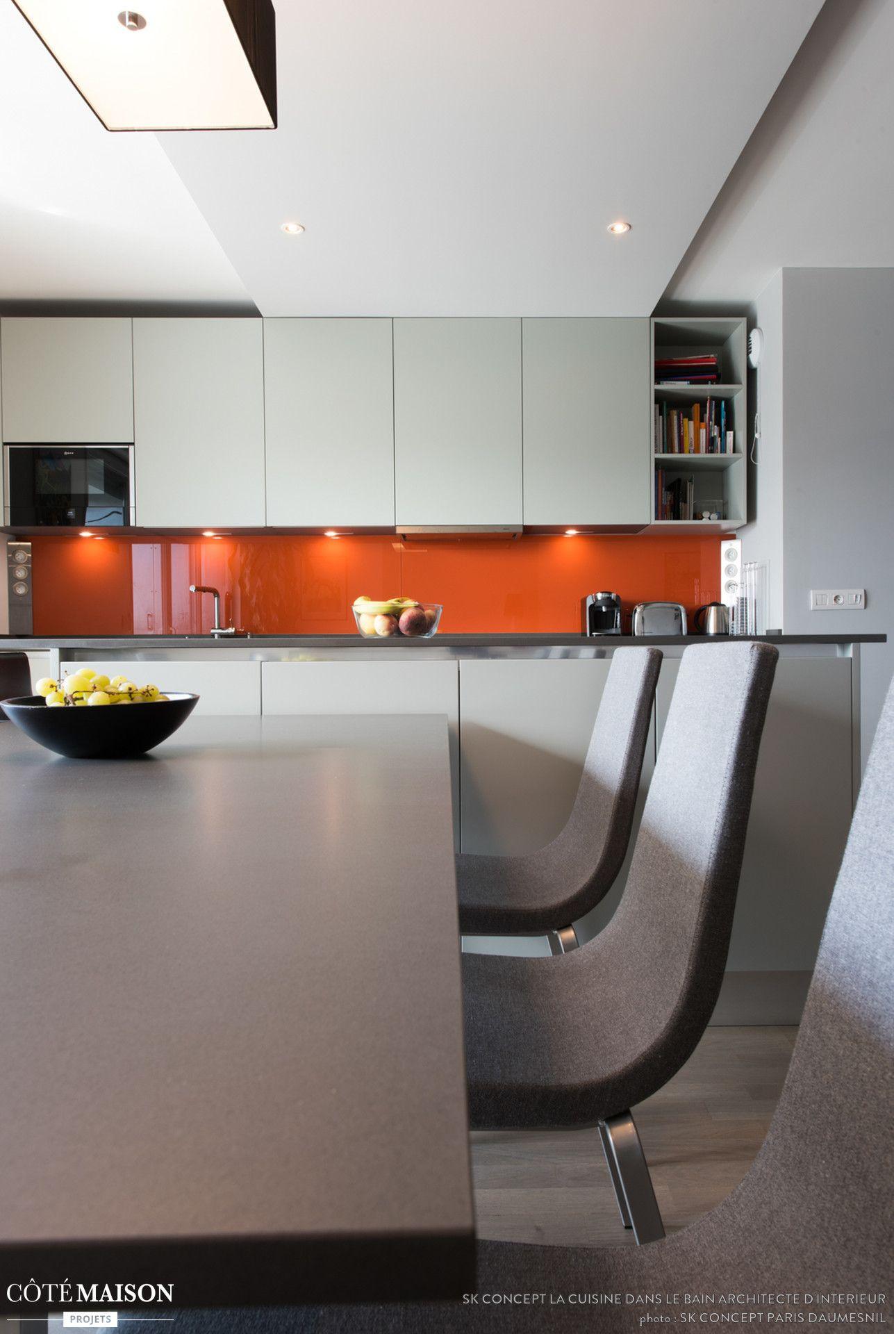 Une grande cuisine contemporaine avec table de repas et crédence ...