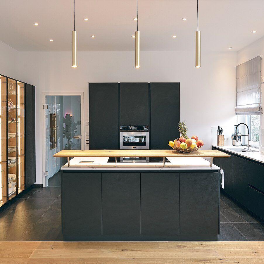 Schwarz Holz Gold In 2020 Moderne Kuche Neue Raume Modern
