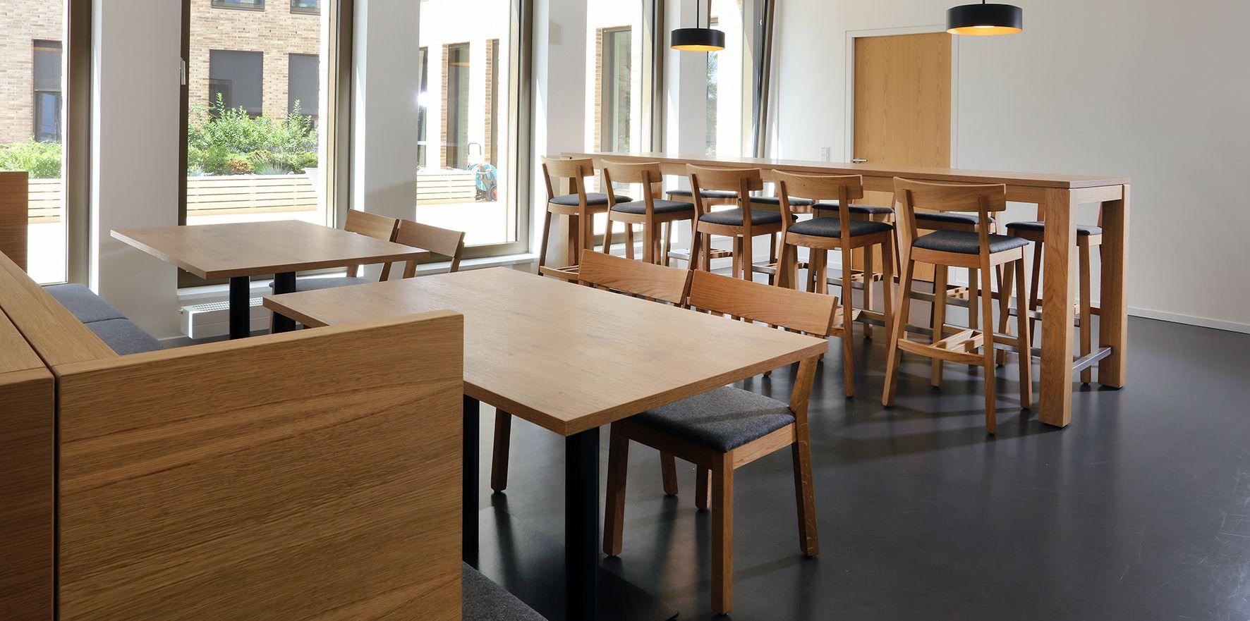 Moblierung Kantine Teekuche Stuhl Ole 11249 Hocker 10250 Stehtisch 31188 Https Www Schnieder Com Referenzen Kantine G Gastronomie Mobel Haus Deko Tisch