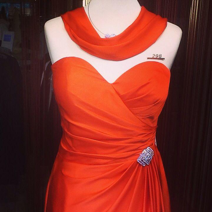 Lady in Red, Abendkleid aus Paris im Haus der Braut ...