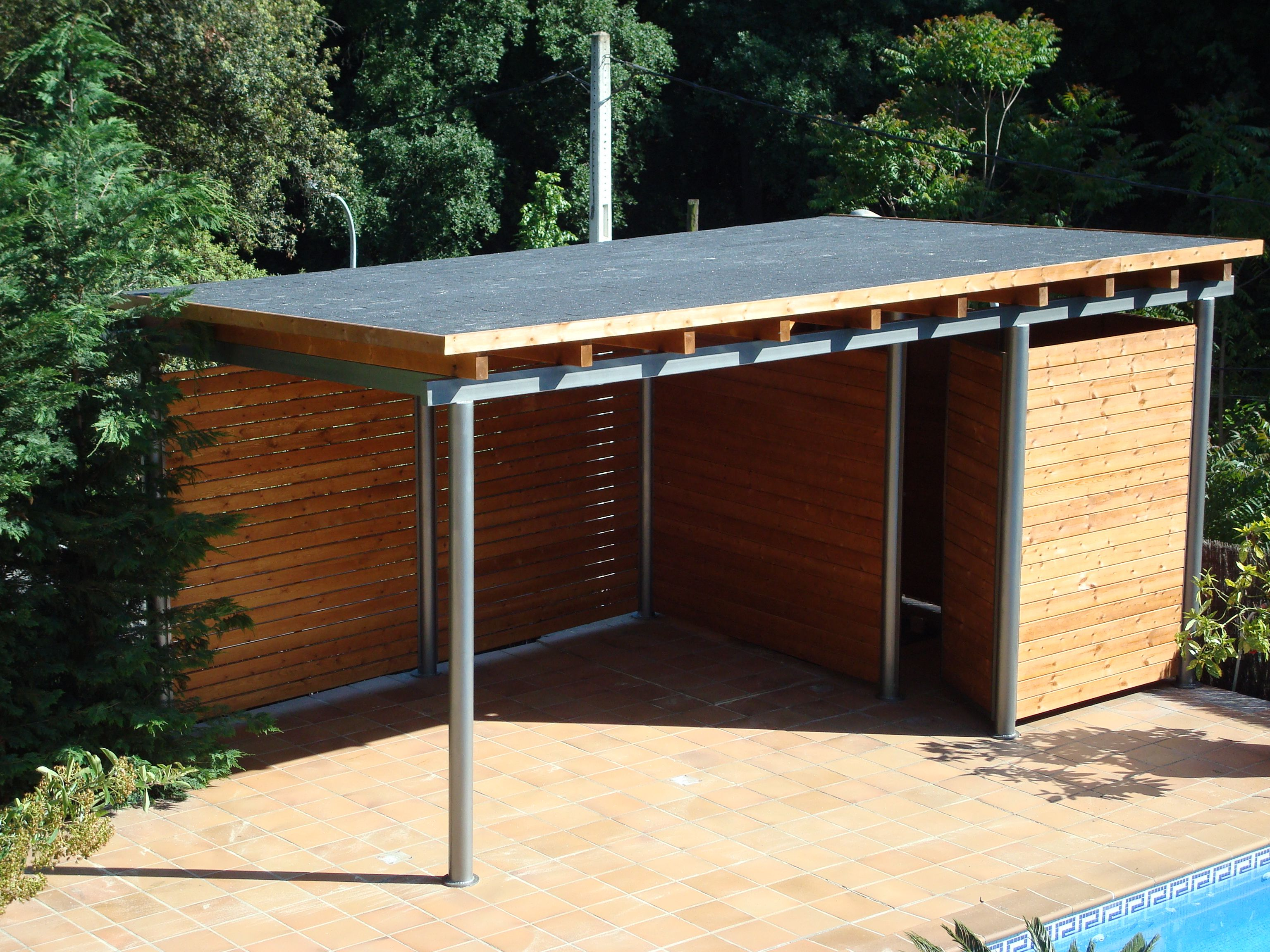 P rgola con estructura de hierro cubierta con techo for Estructuras de hierro para casas