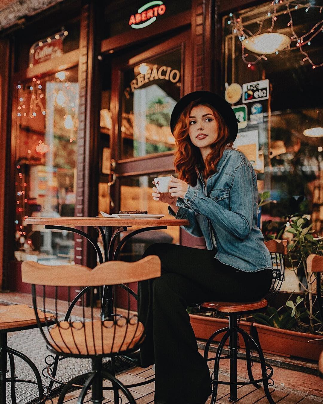 Позы для фото в кафе и библиотеке