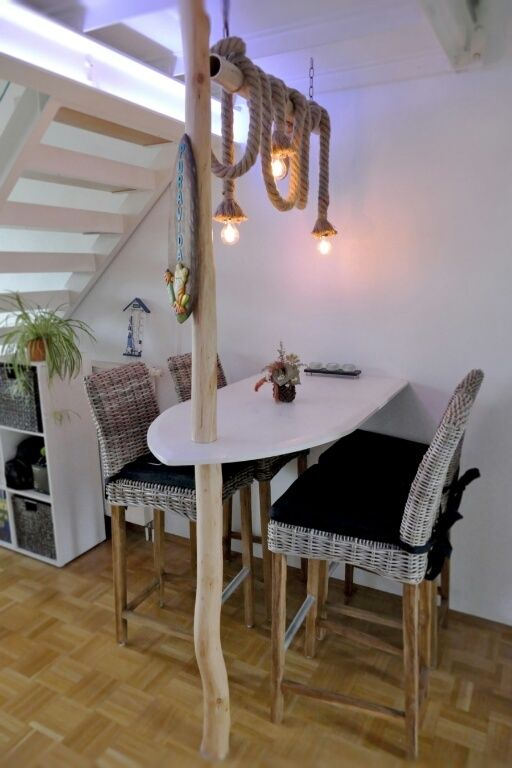 Surfbrett & Seemannstau: Maritimes Esszimmer mit Holztisch in Form ...