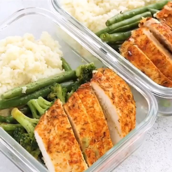 Low-carb Spicy Chicken Meal-Prep Bowls - Pinohouse #weeklymealprep