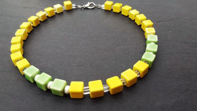 Eine strahlend Sonnengelbe Kette mit einem Hauch von Hellgrün und Silber. Die Kette besteht aus gelben und grünen Keramikwürfeln 8x8 mm, getrennt werden die Würfel durch kleine versilberte...