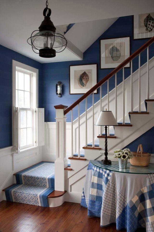 flur dunkelblaue wand wei e bord ren fu matte und tischdecke farblich abgestimmt flur. Black Bedroom Furniture Sets. Home Design Ideas