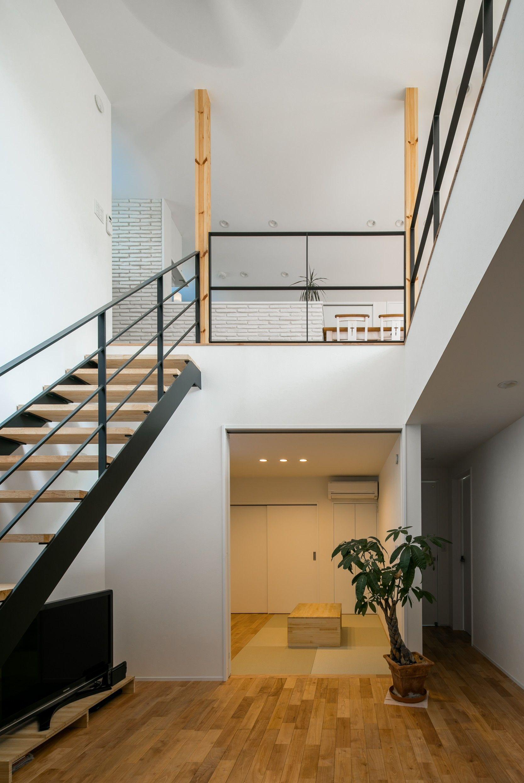 玄関からお二階リビングに続くアイアン階段 ルポハウス 設計事務所