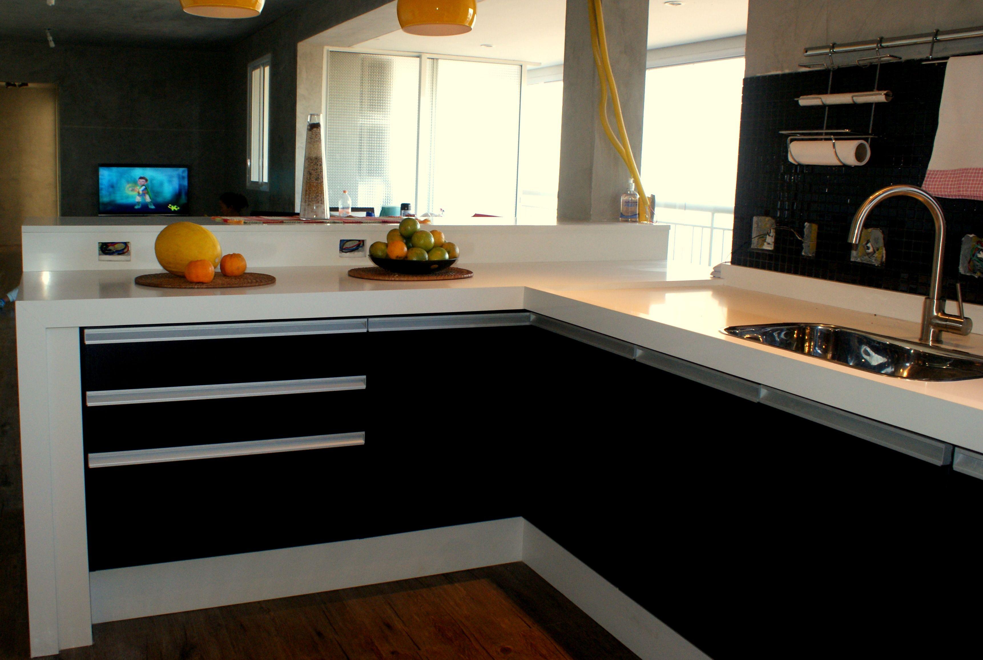 Cozinha Integrada Ao Living Recebe Bancadas Rodabases Fechamento
