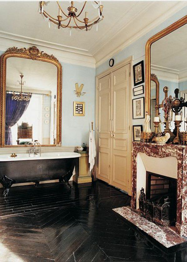 Une salle de bain noire et blanche rétro romantique   Salle de bain ...