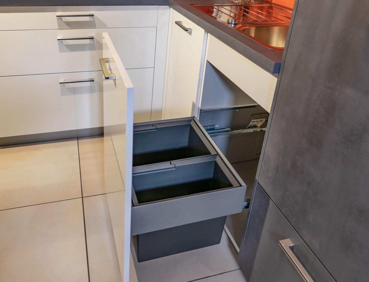 Küche mit integriertem Müllsystem. Ausstellungsküche jetzt
