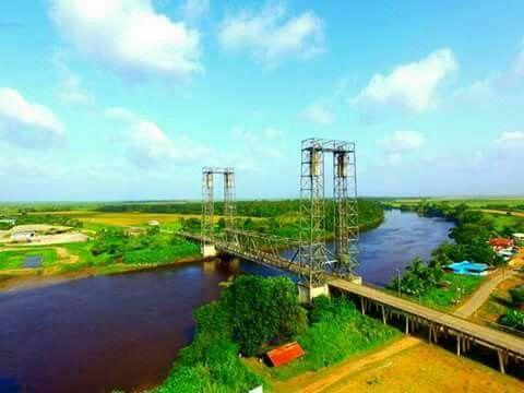 Prachtige luchtfoto's van de Ing.Attoellah brug (Henarbrug) over de Nickerie rivier bij Henar.