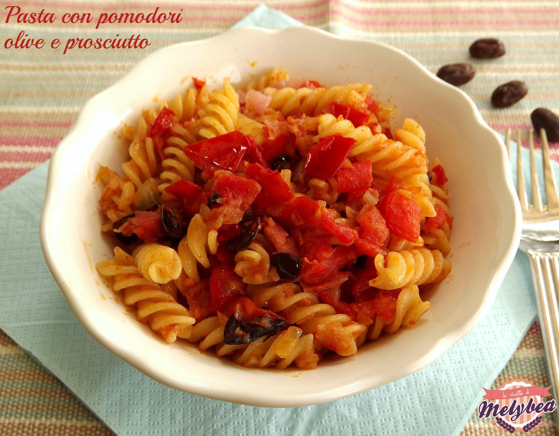 La pasta con pomodori olive e prosciutto è un primo piatto saporitissimo e veloce da preparare. Perfetto per quando si è di fretta senza rinunciare al gusto