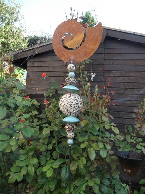 Rost stele mit verschiedenen keramikkugeln garten stelen for Gartenskulpturen aus ton