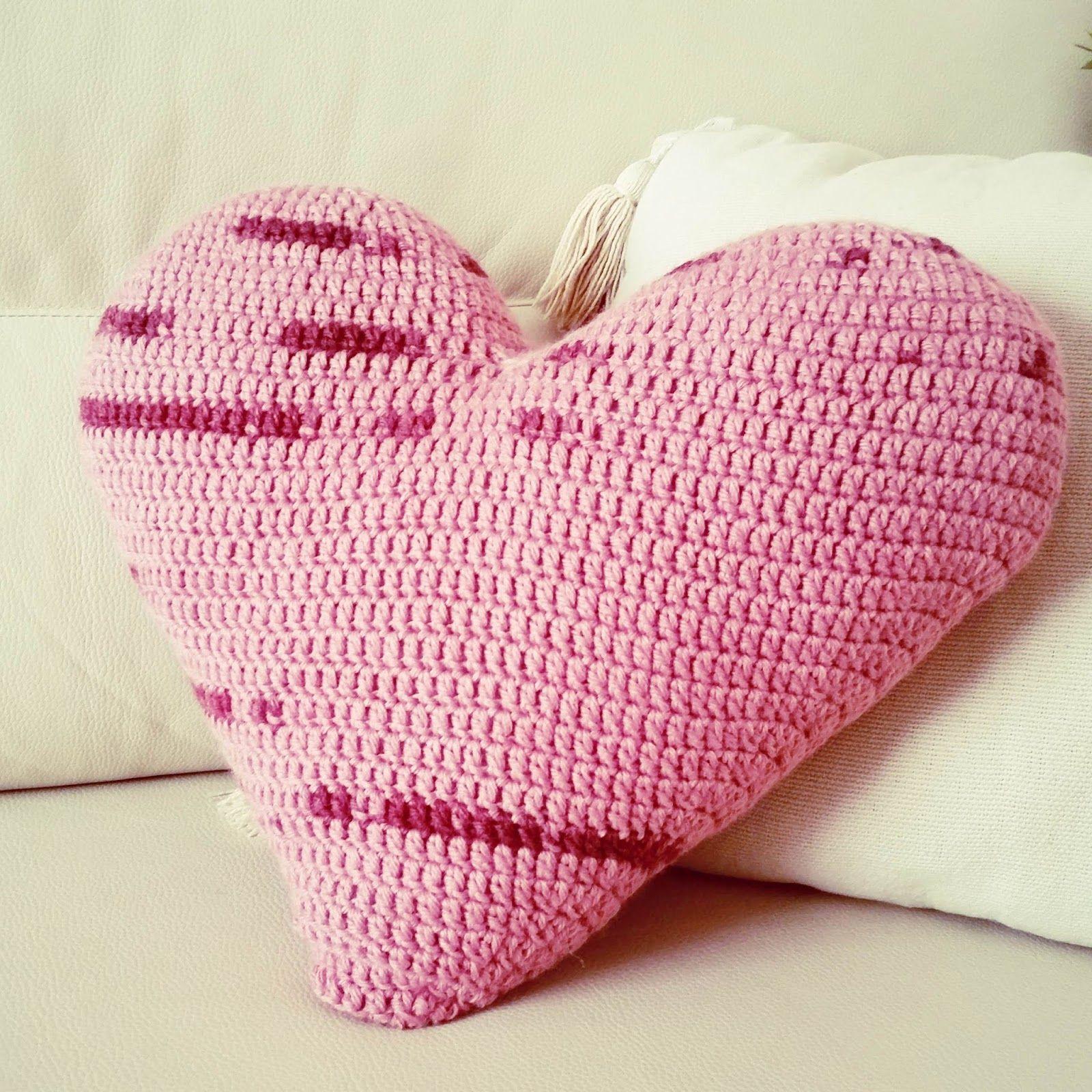 Como tejer un cojin de corazon a crochet o ganchillo for Cojines de trapillo