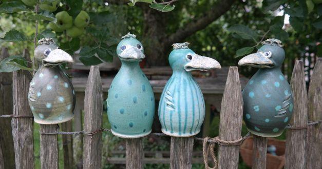 Gartenkeramik aus Meisterhand. Meine Pfostenhocker/Zaunhocker werden mit etwas Stroh zum trauten Heim für nützliche Gartenbewohner.