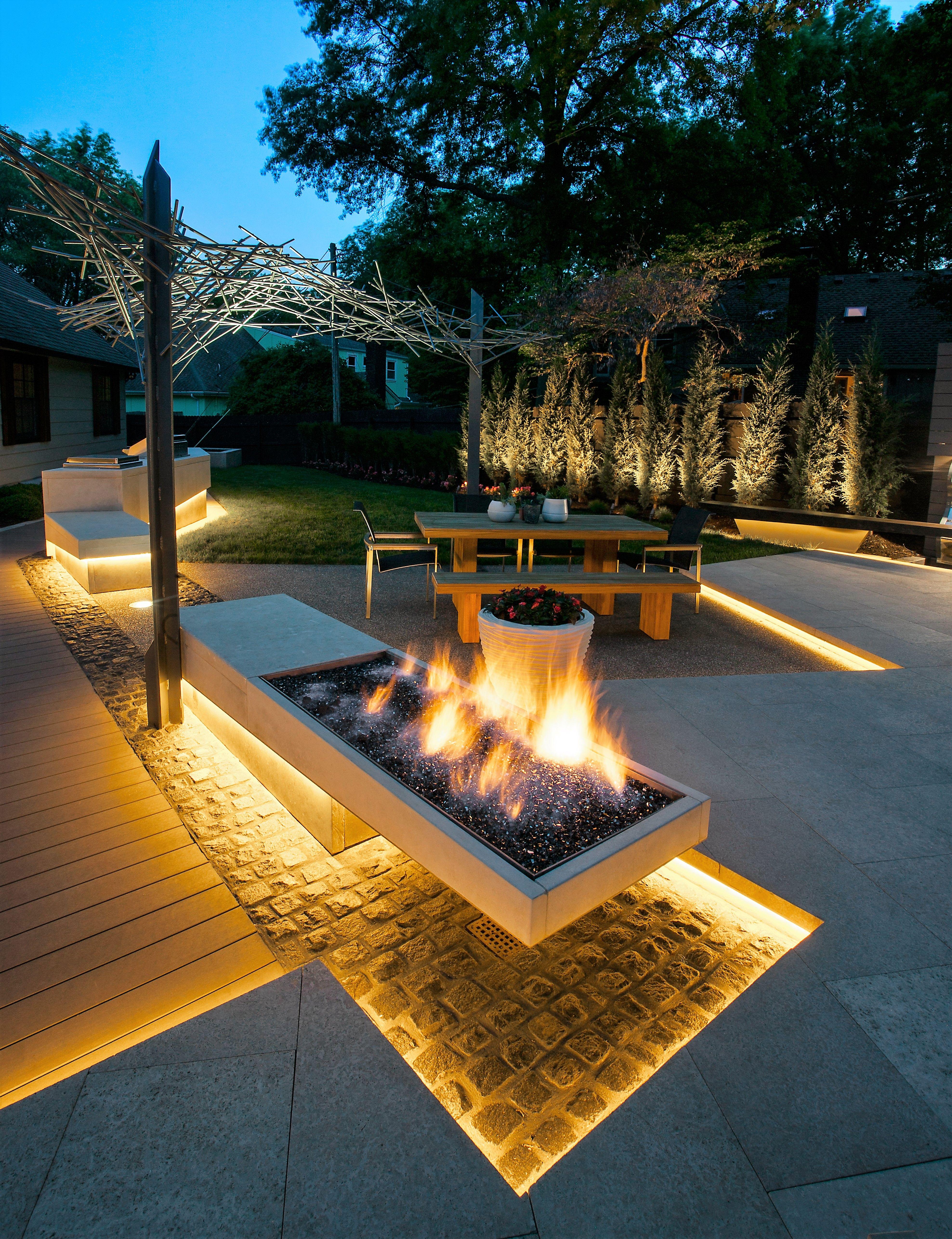 Canterlevered fire pit Modern backyard, Backyard fire
