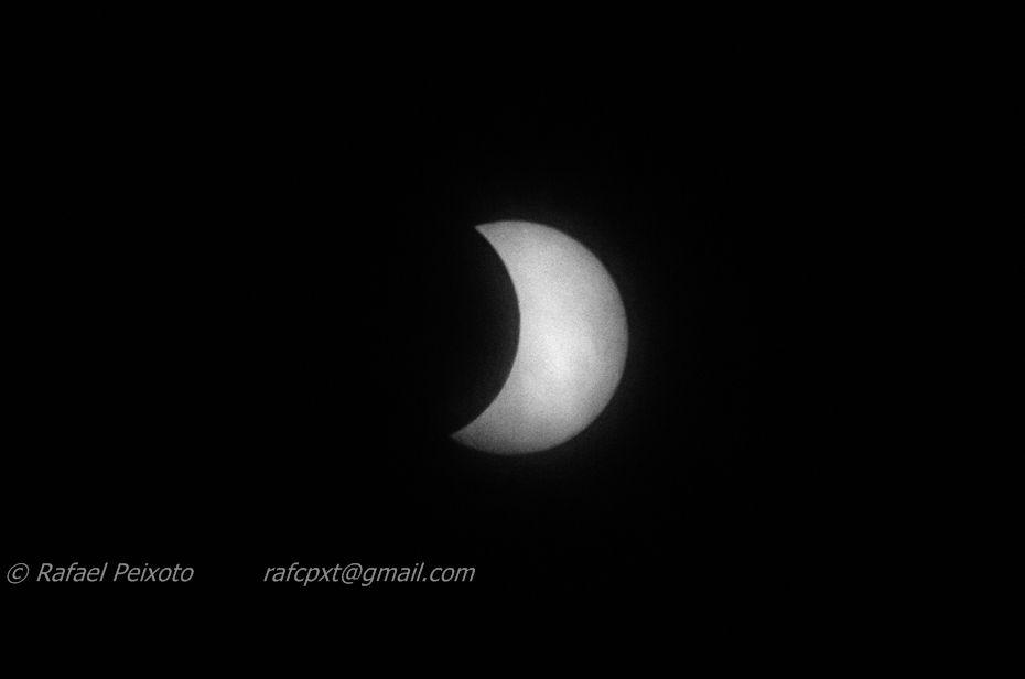 eclipse do sol (com radiografia) Fotografar um eclipse, um fenómeno pouco frequente, não deixa de ser um cliché e há pessoas que o fazem com mestria. Como fujo das regras, desta vez consegui result...