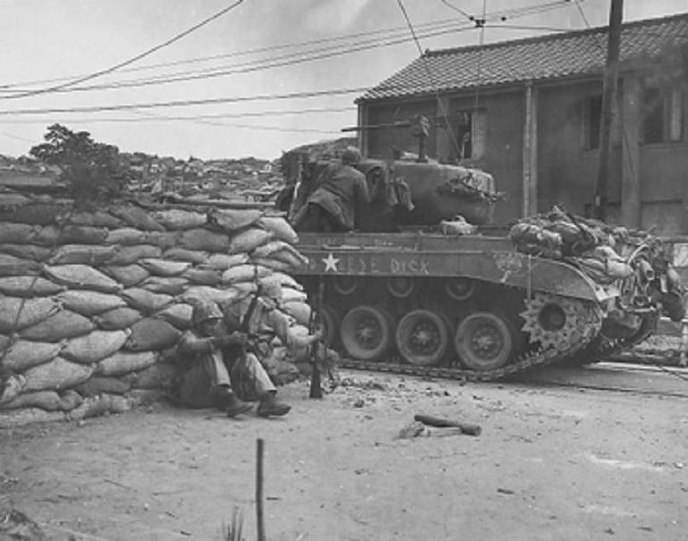 조선 인민군과 교전을 벌이는 미군 M26 퍼싱전차 - 1950년 9월