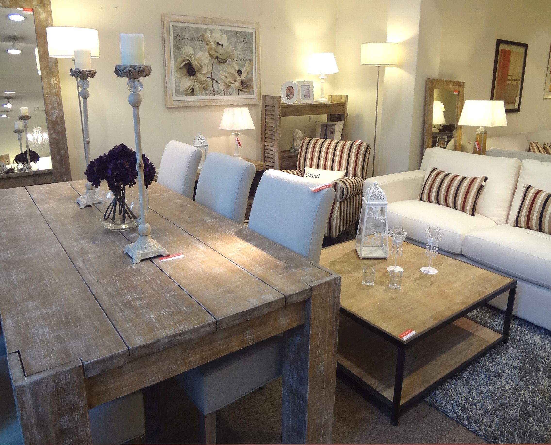 Mesa rústica con sillas Torino. Atrás, mesa de centro en madera y ...