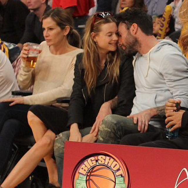 Adam Levine And Behati Prinsloo Courtside Kiss Adam And Behati