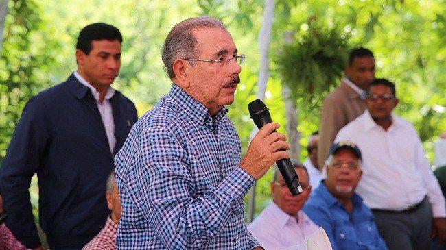 Danilo Medina concede créditos a productores en Baní