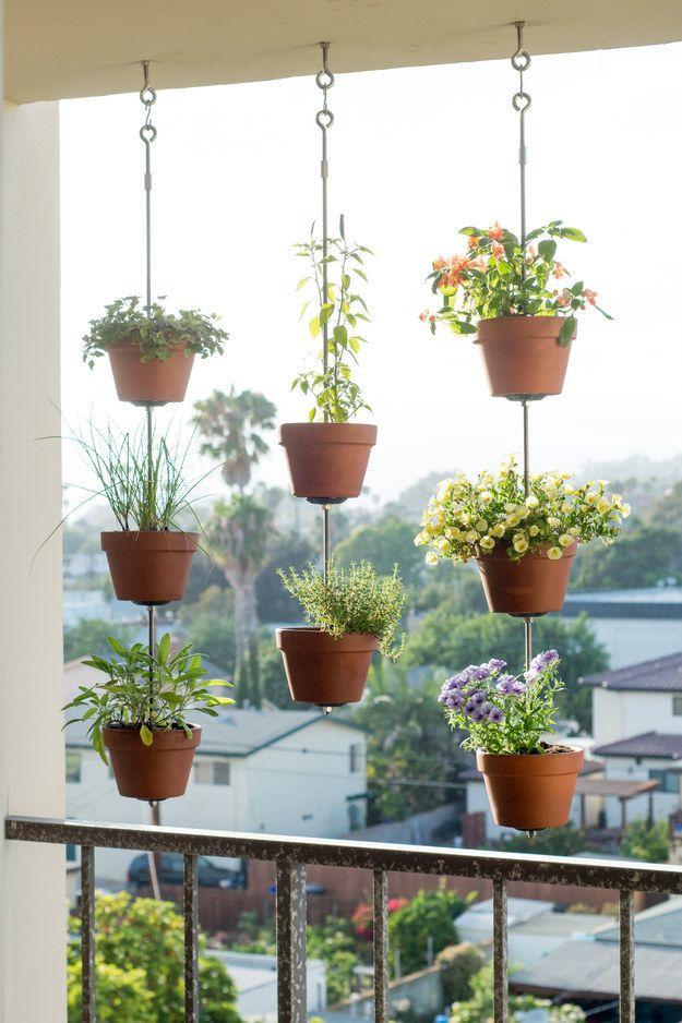 Cuelga macetas de hierbas para formar una pantalla menos invasiva - jardines con llantas