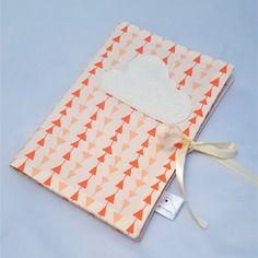 Protège carnet de santé, corail beige, motif triangles - dans mon baluchon