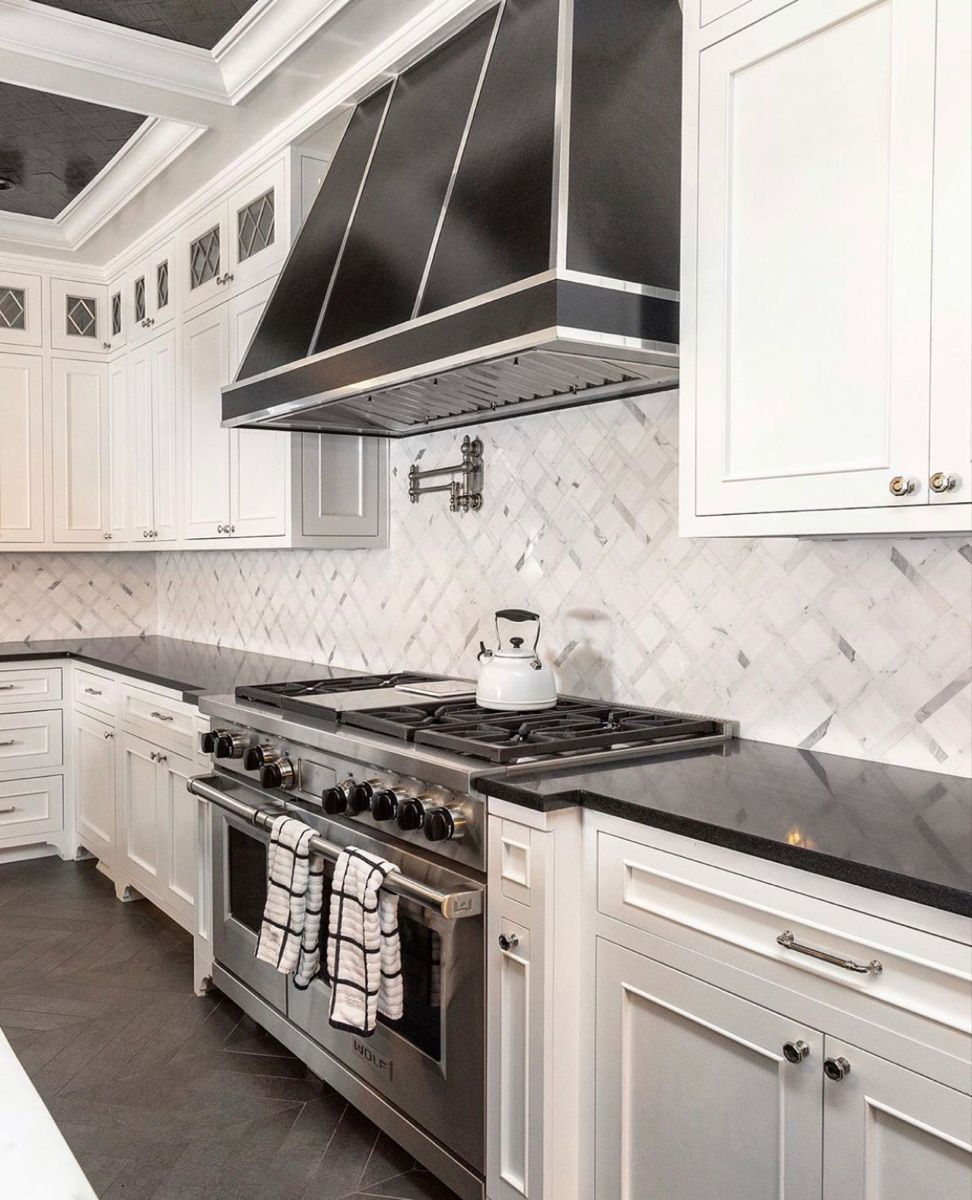 Classic & clean. Loving the details in this black & white kitchen. A color combo that never disappoints. 🖤🤍 #kamurphyinteriors #manhasset #manhassetdesigner #longisland #interiordesigner #interiordesign #designinspiration #interior123 #finditstyleit #blackandwhite #jungalowstyle #currentdesignsituation #finditstyleit #dreamkitchen #kitchensofinstagram #kitchendesign