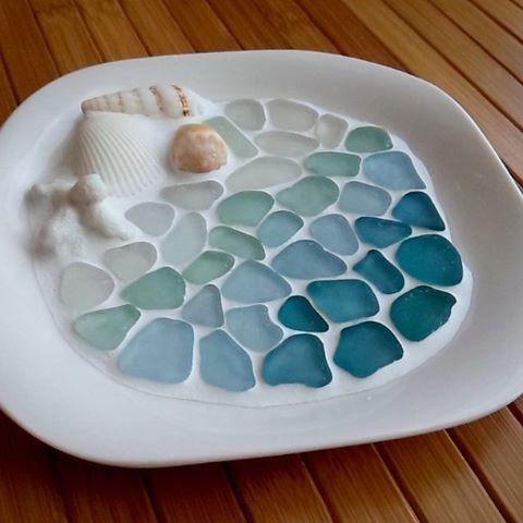 シーグラスのアクセサリートレイ今回は貝殻を添えてシーグラスもグラデーションに何個か作って秋から販売します〜 #シーグラス #ビーチグラス #アクセサリートレイ #タイルクラフト #貝殻 #shell #seaglass #目地材 #海 #夏