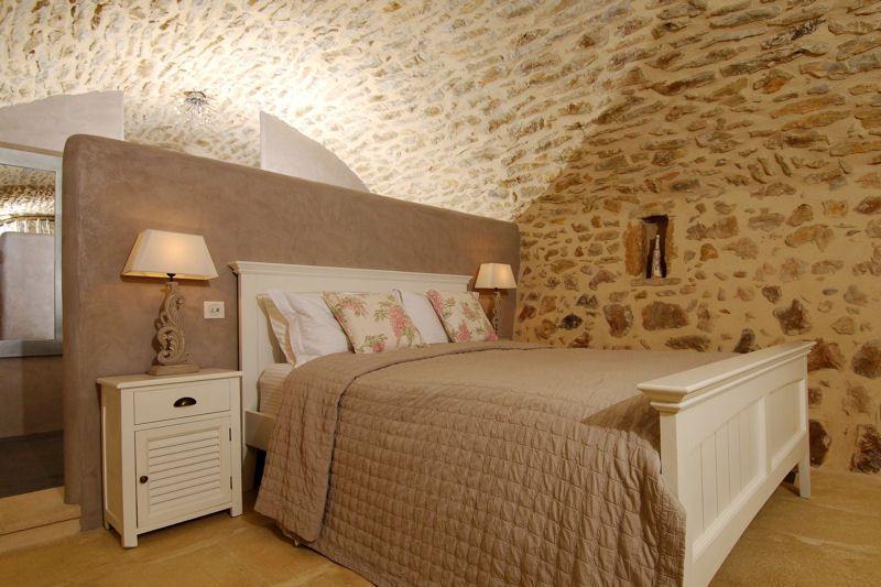 stucco ocre marron et mur à pierres vues | chambre | pinterest