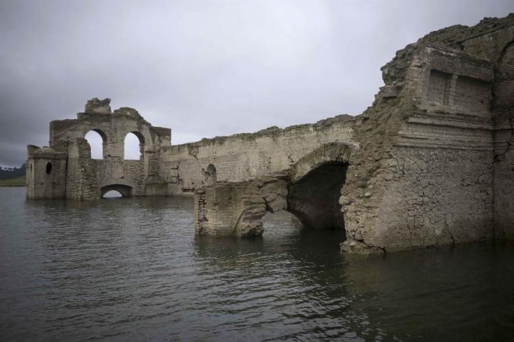 Una iglesia de 400 años emerge de las aguas