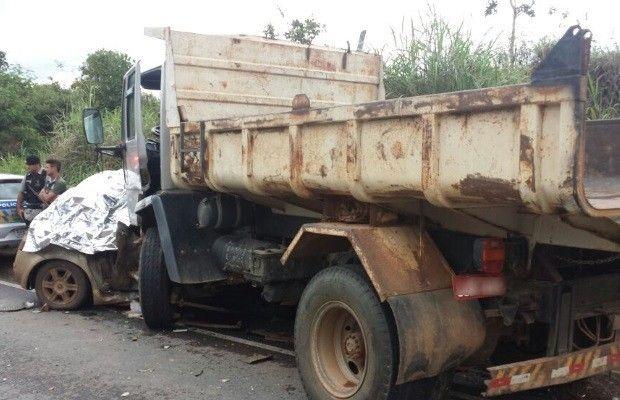 Acidente entre carro e caminhão deixa 4 mortos na BR-080, em Goiás +http://brml.co/1H4mreB