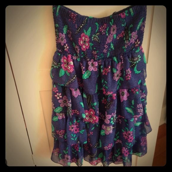 Floral summer dress AE summer dress, top is fitted but stretches and bottom is loose with ruffle tiers. American Eagle Outfitters Dresses