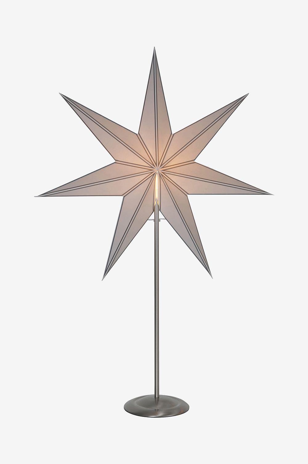 Stjerne med messingfot for innendørsbruk. Gjør seg veldig bra i et vindu og på et bord. Sprer koselig stemning i hjemmet.  Bredde 60, høyde 88, dybde 16 cm. 1,8 m ledning med strømbryter.