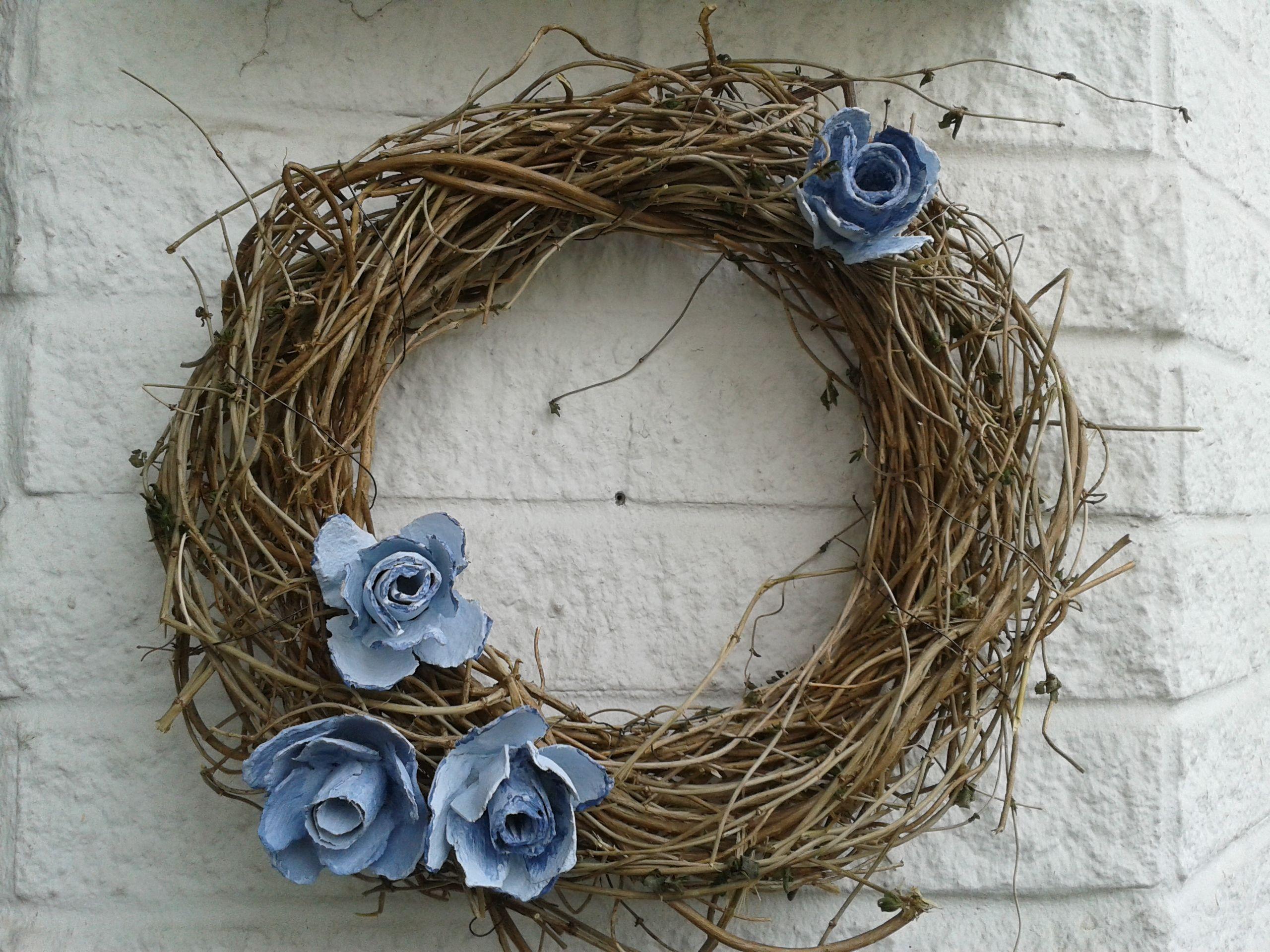 kranz aus sten und zweigen gebunden mit rosen aus eierpappen fr hlingskr nze. Black Bedroom Furniture Sets. Home Design Ideas