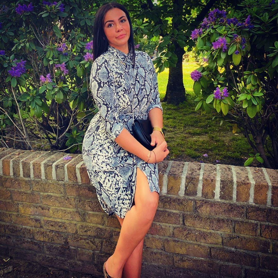 🌸🌸🌸🌸 #polishgirl#polskadziewczyna #silesian #wheneveryoureready #outside#beautifulweather #dress#curves #longhair#tan#happy#iloveyoubaby#withmysister#flowers #sprüche #achso #instagood