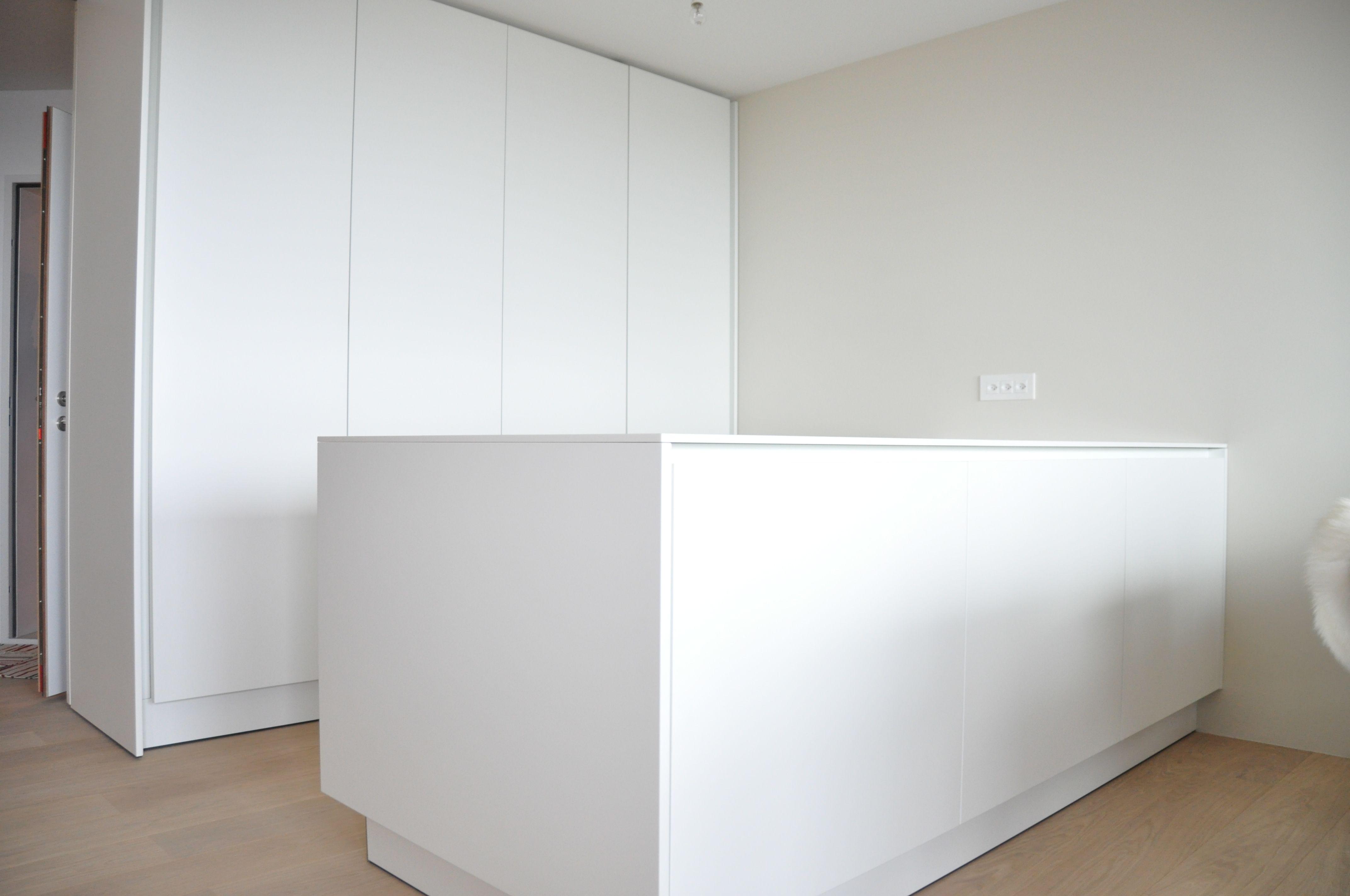 eggersmann e sign kundenk che wei mit corian arbeitsplatte pockett ren f r versteckte ger te. Black Bedroom Furniture Sets. Home Design Ideas