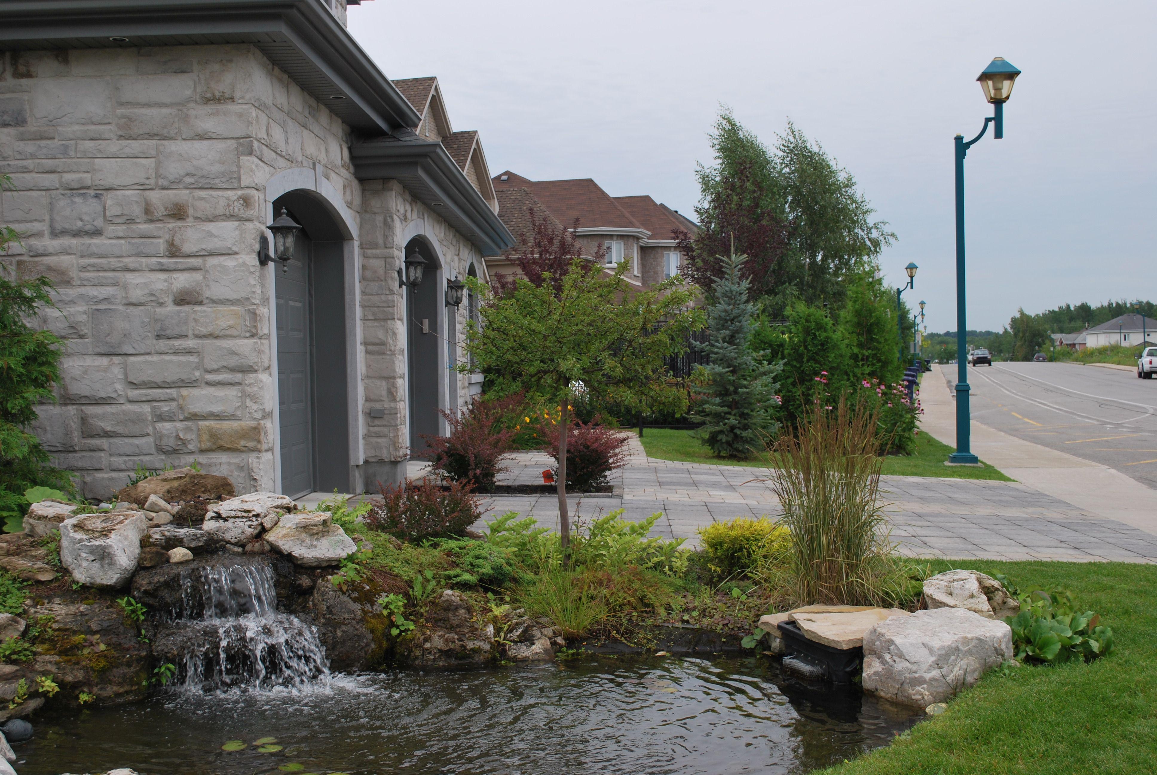 Am nagement paysager d 39 une fa ade de maison fontaine et petit tang naturel grosses pierres - Quel arbre planter devant une maison ...