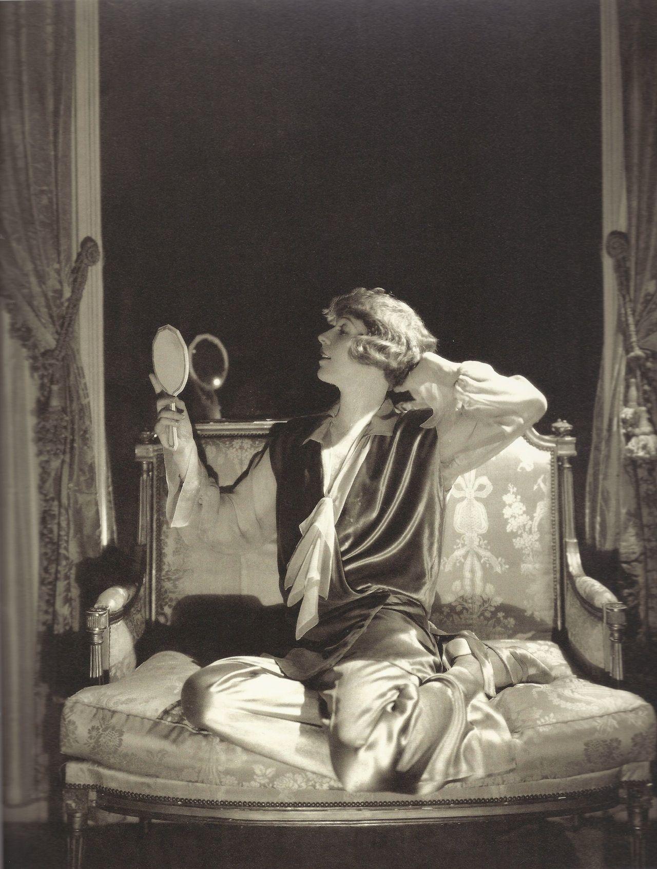 Edward Steichen- Ina Claire habillée en Louiseboulanger, dans la pièce The Last of Mrs. Cheney, 1925
