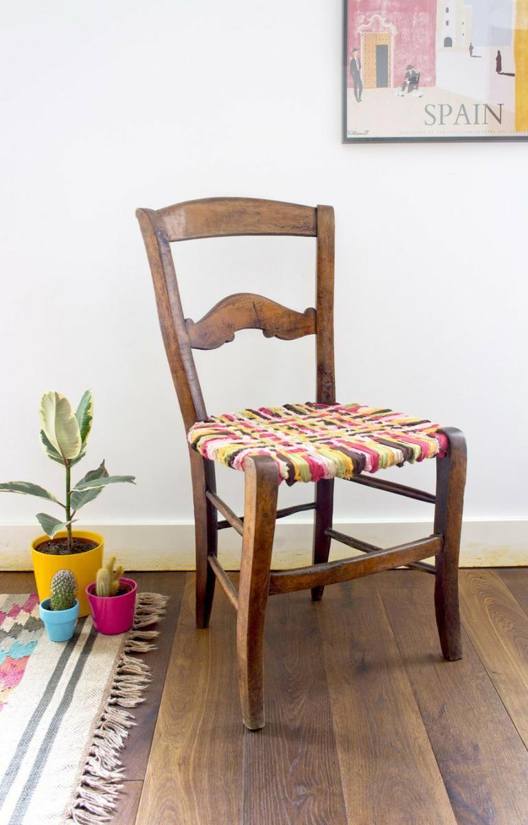 comedor con sillas diferentes reutilizadas