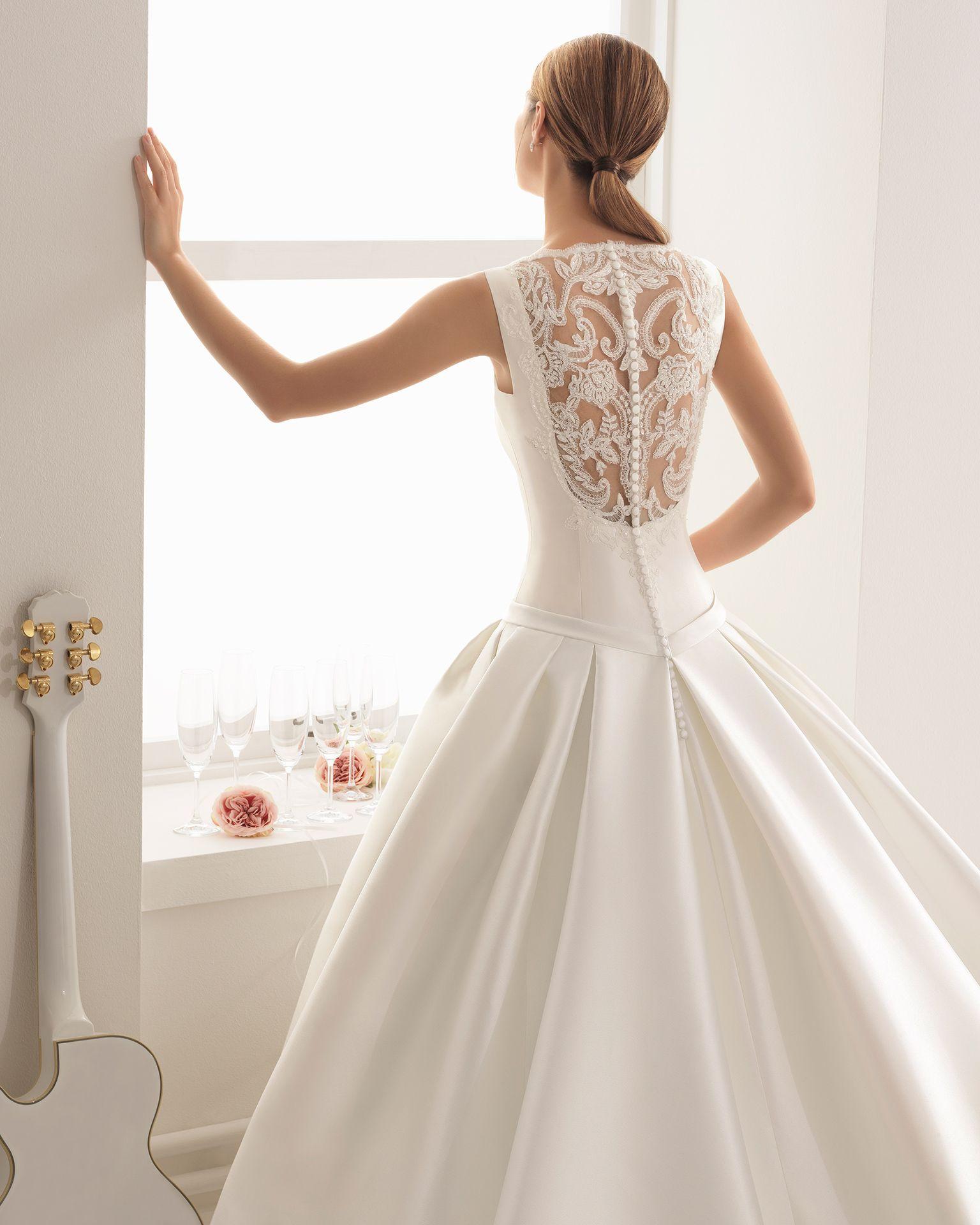 036f739bd Vestido de novia - Novias Rivoli - Logroño. Colección Aire 2018. Detalle  espalda con transparencias y pedrería crean este diseño único.