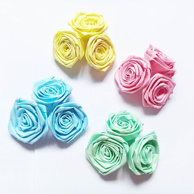 Some small roses made out of paper strips. I had so much fun making them. They are super cute and tiny     Tutorial link in the bio. Don't forget to watch it.