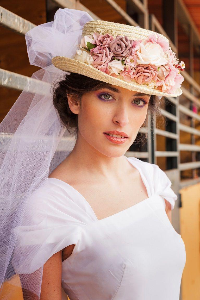 Canotier con velo y flores en tonos rosas y crudo.  canotier  canotiernovia   novia  flores  velo  bridal  lorbichinovias ae5a26c01e2