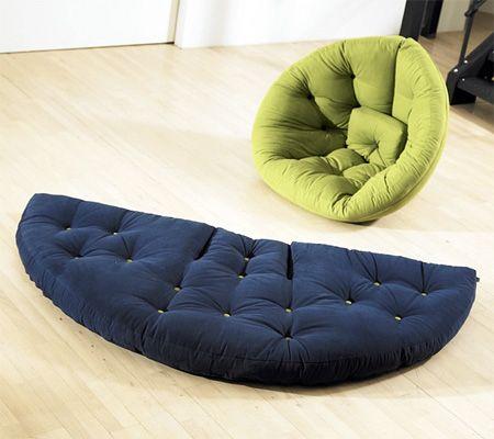 Nest Chair by Anders Backe Assento com design que lembra um ninho se transforma em cama e pode ser dobrado para facilitar seu armazenamento