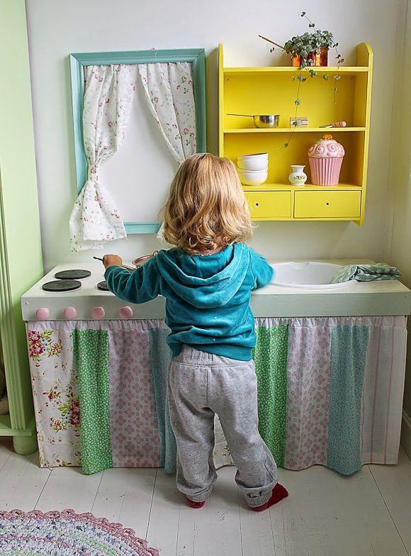 Une petite fille joue avec sa mini cuisine (Baby) For future