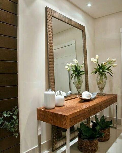 Hall de entrada com parede em pintura e madeira aparador for Espejos para hall